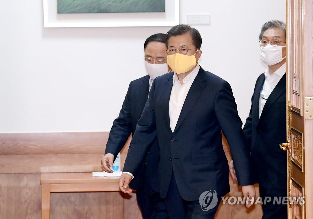 3月24日,韩国总统文在寅出席第二次紧急经济会议。 韩联社
