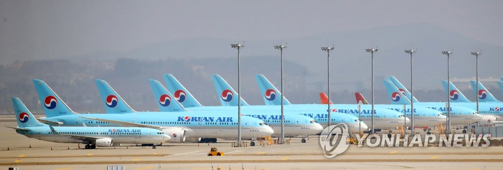 资料图片:3月24日,大韩航空的客机停在仁川国际机场停机坪上。 韩联社