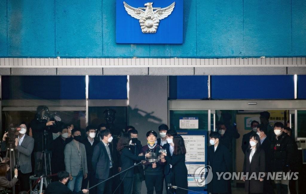 3月25日上午,在首尔市钟路警察署,赵主彬答记者问。 韩联社