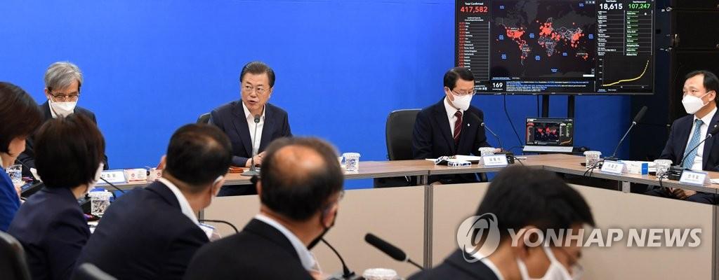 3月25日,在位于首尔市松坡区的生物企业Seegene大楼,韩国总统文在寅与新型冠状病毒诊断试剂生产商座谈。 韩联社