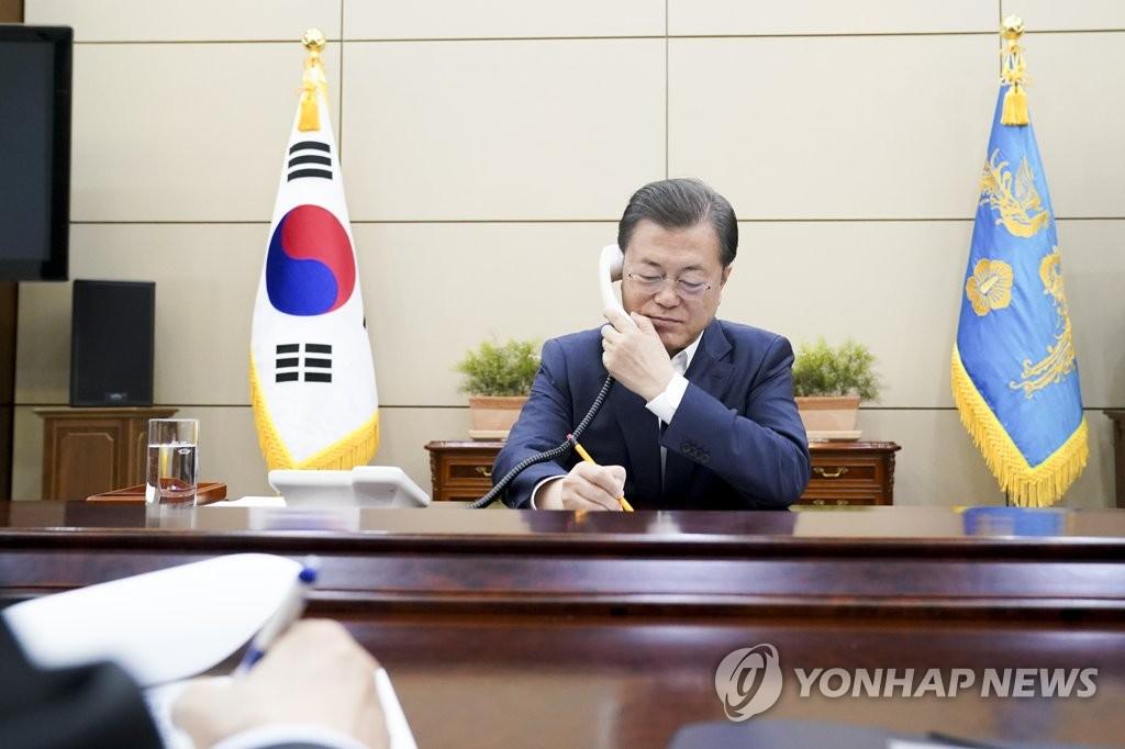3月26日,在青瓦台,韩国总统文在寅与加拿大总理特鲁多通电话,双方就共同抗击新型冠状病毒疫情的方案交换意见。 韩联社/青瓦台供图(图片严禁转载复制)
