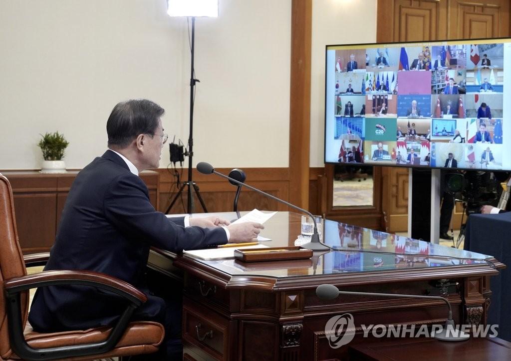资料图片:3月26日,在青瓦台,文在寅出席二十国集团(G20)领导人视频峰会。 韩联社/青瓦台供图(图片严禁转载复制)