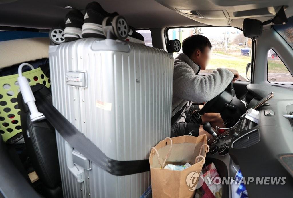 3月27日,在忠清北道镇川郡,韩国国家队远动员们收拾行装离开镇川运动员村。 韩联社