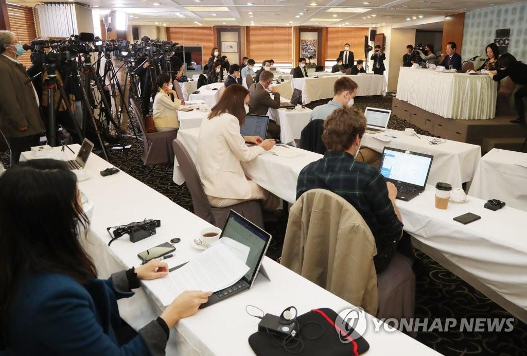 3月27日,在首尔中区的韩国新闻中心,出席外媒记者座谈会的记者们隔位而坐严防疫情。 韩联社