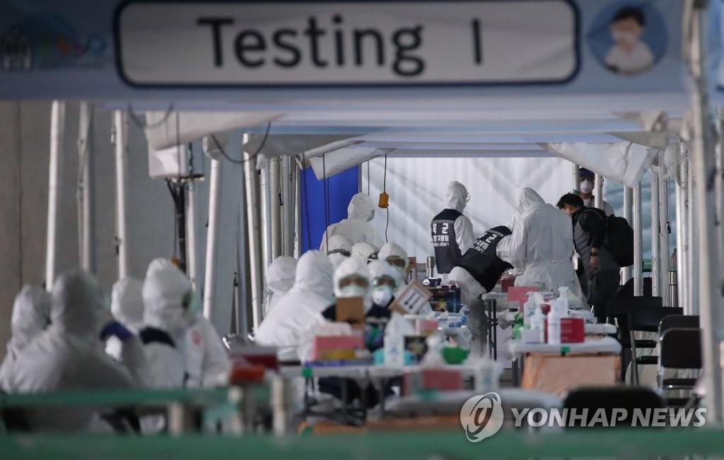 资料图片:3月29日,在仁川国际机场第二航站楼户外空间设置的开放型步行穿梭筛查诊所,来自欧洲的入境者接受新冠病毒检测。 韩联社