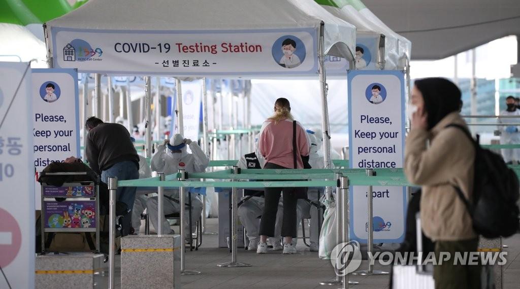 资料图片:外国人前往筛查诊所接受新冠病毒检测。 韩联社