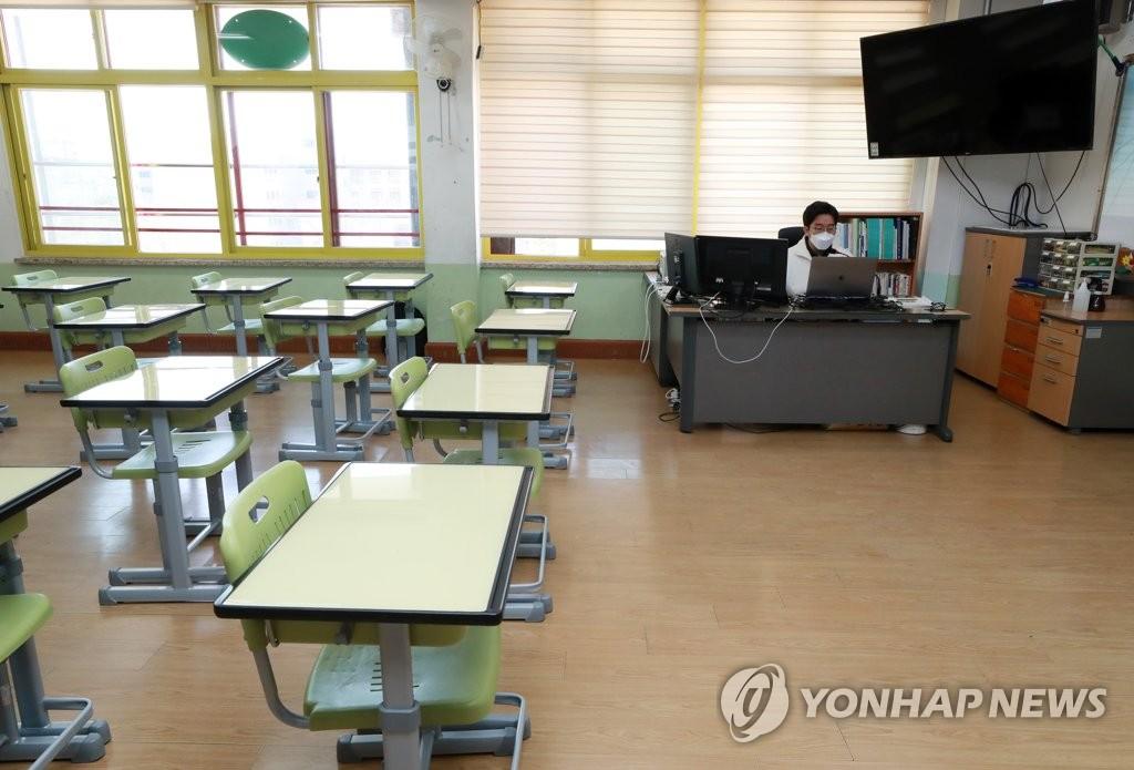 3月30日,在首尔市一所小学,一名教师在线授课。 韩联社
