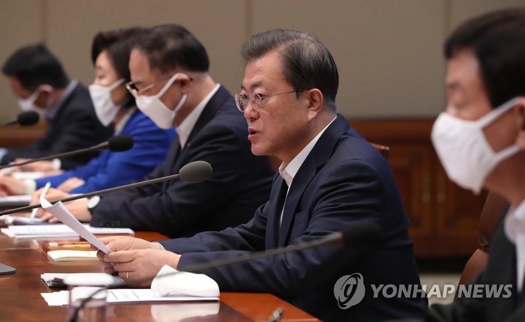 3月30日,文在寅(右二)在青瓦台主持第三次紧急经济会议。 韩联社