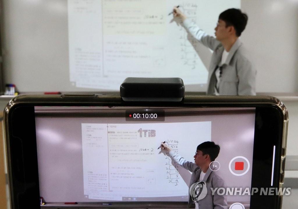 资料图片:3月30日上午,在首尔东大门区的一所高中,一位教师正在上网课。 韩联社