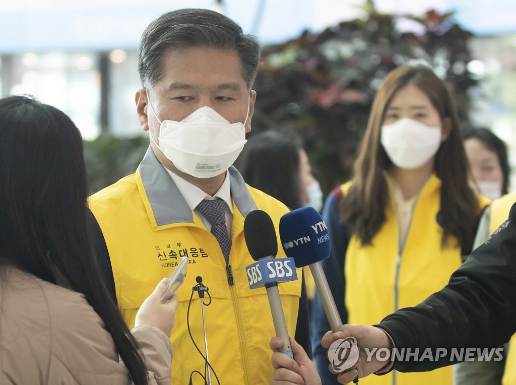 3月30日,在仁川机场,宋世元在出发前接受采访。 韩联社