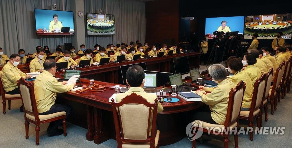 3月31日,在青瓦台,文在寅主持召开国务会议。 韩联社