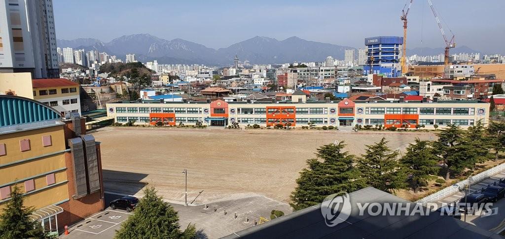 疫情致韩学校开学延期 四成上班族请祖父母带娃