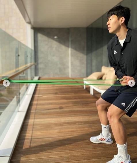 资料图片:孙兴慜在家中训练。 孙兴慜照片墙截图(图片严禁转载复制)