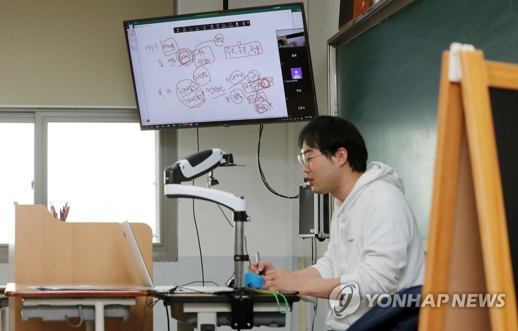 资料图片:4月1日上午,在光州市一所高中,一位教室进行远程授课试点。 韩联社
