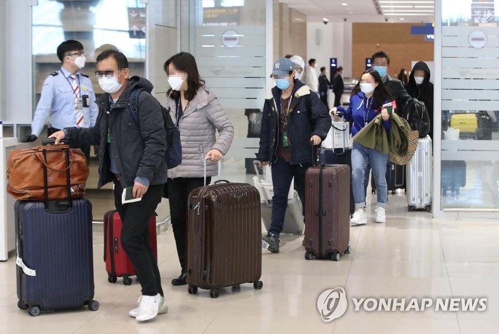 4月1日,在仁川机场,自意回国人员等待接受检疫。 韩联社