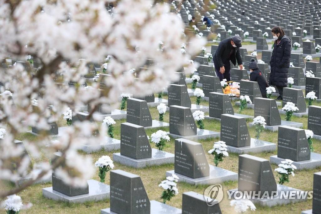 """4月3日,在济州道四三和平公园,""""济州四三事件""""牺牲者家属缅怀离去的亲人。 韩联社"""
