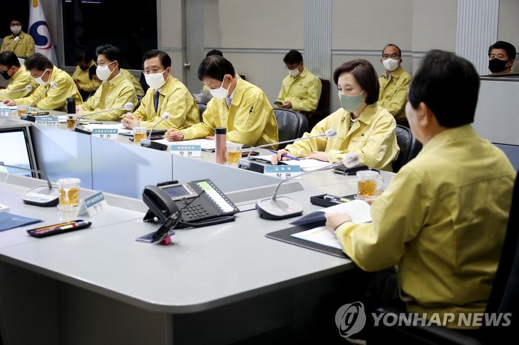 4月3日,在中央政府首尔办公楼,丁世均主持召开中央灾难安全对策本部会议。 韩联社