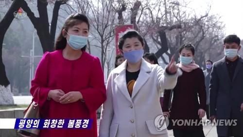 朝鲜居民戴口罩出行