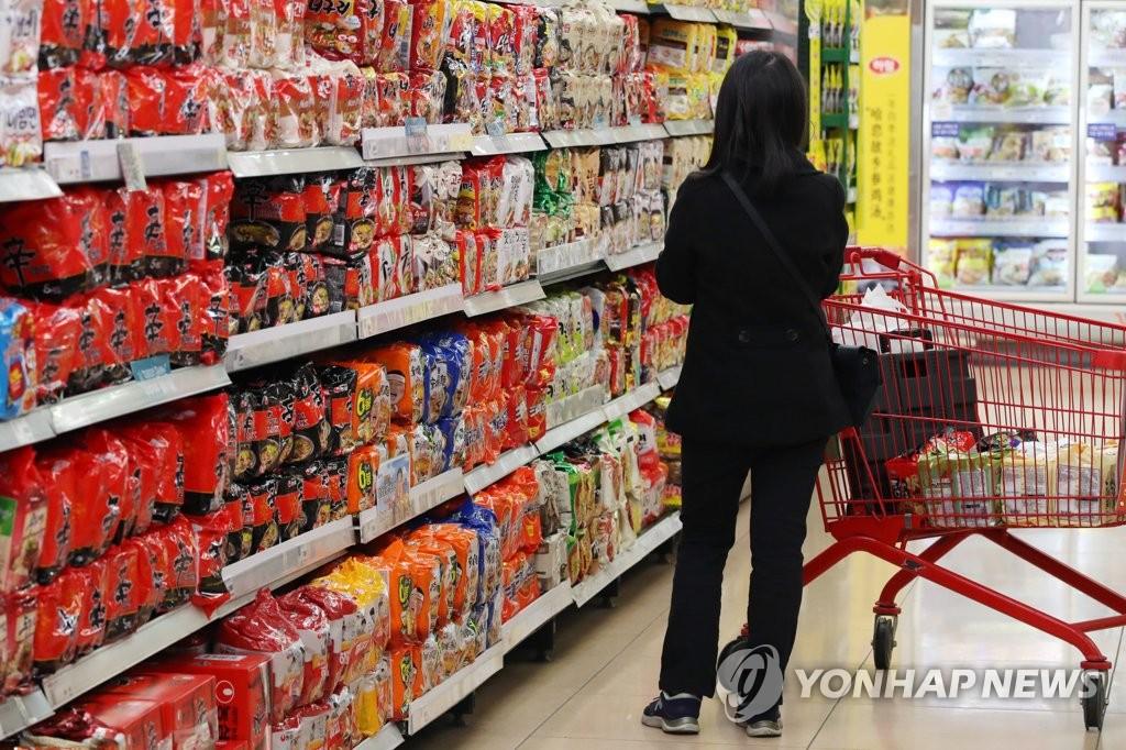 受新冠疫情影响,韩国方便面对欧美出口增加,图为首尔市区某大型超市的方便面货架,摄于4月6日。 韩联社