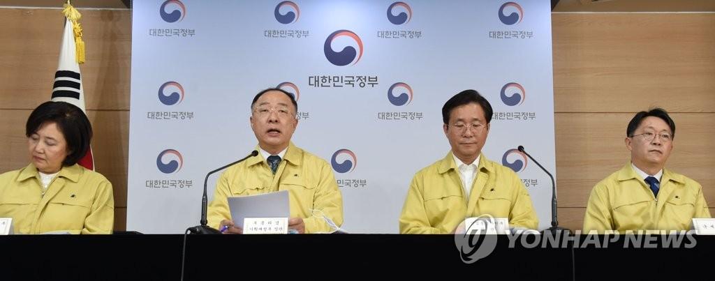 4月8日,在政府首尔大楼,韩国副总理兼企划财政部长官洪楠基(左二)出席第四次紧急经济会议联合例行记者会。右二为成允模。 韩联社/企划财政部供图(图片严禁转载复制)