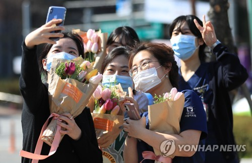 荷兰驻韩使馆送郁金香助力抗疫