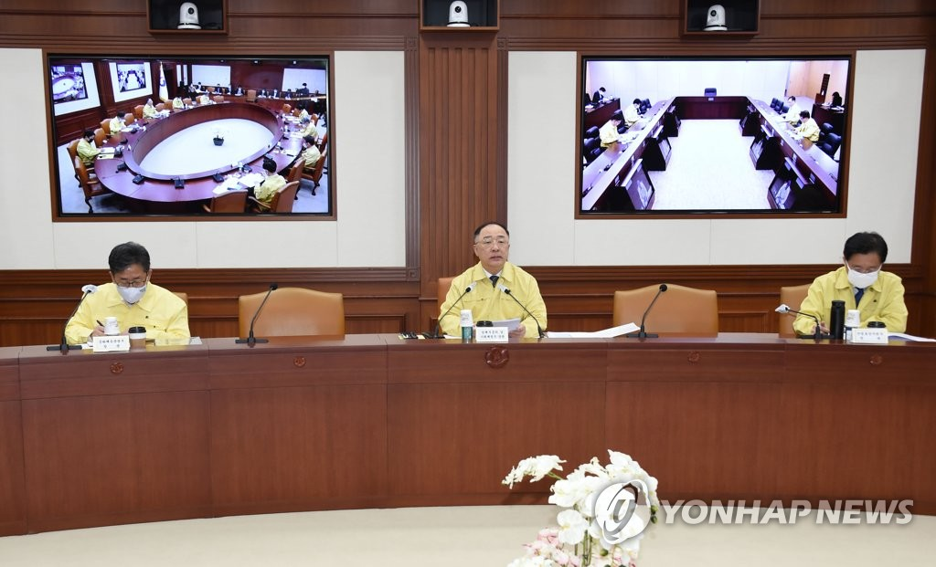 4月9日,在中央政府首尔办公大楼,韩国副总理兼企划财政部长官洪楠基(居中)在第14次应对新型冠状病毒(COVID-19)疫情的经济部门长官会议兼第4次危机管理对策会议上发言。 韩联社/企划财政部供图(图片严禁转载复制)