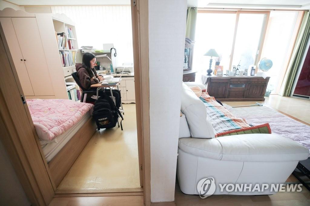 资料图片:一高中生在家上网课。 韩联社