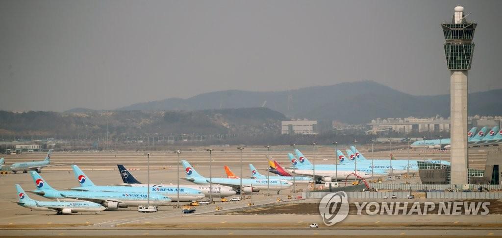 资料图片:客机停在仁川机场停机坪上。 韩联社