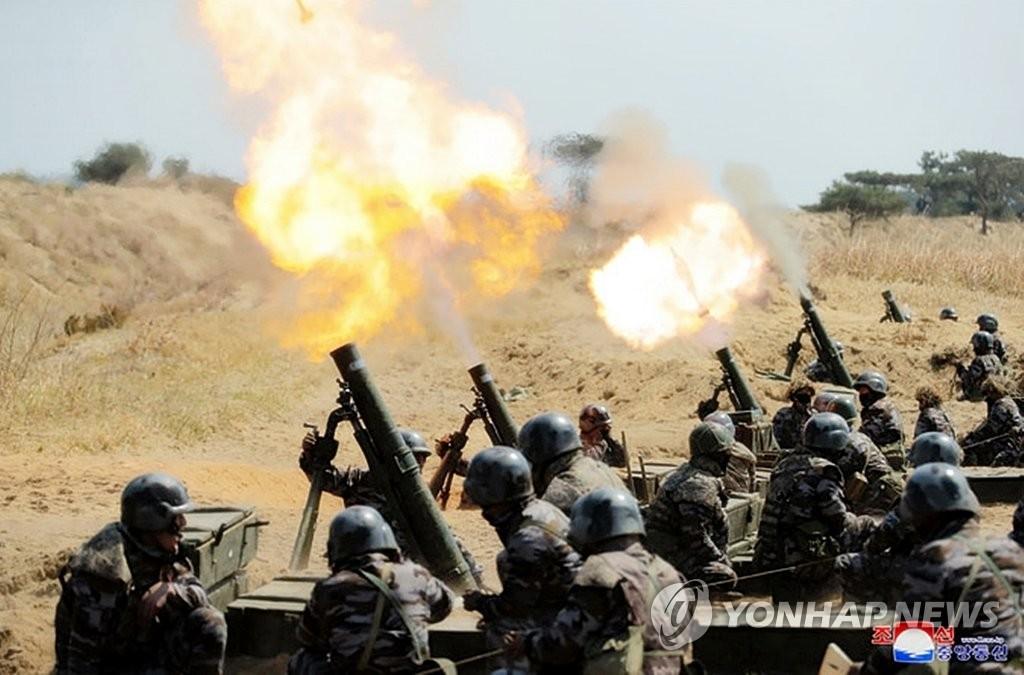 据朝中社4月10日报道,朝鲜国务委员会委员长金正恩指导炮兵部队射击比赛。图为试射现场。 韩联社/朝中社官网截图(图片仅限韩国国内使用,严禁转载复制)