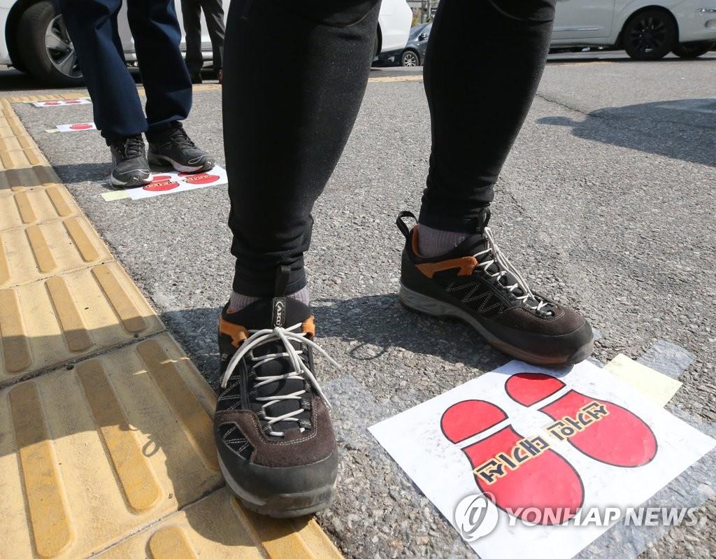 资料图片:投票也要保持社交距离 韩联社