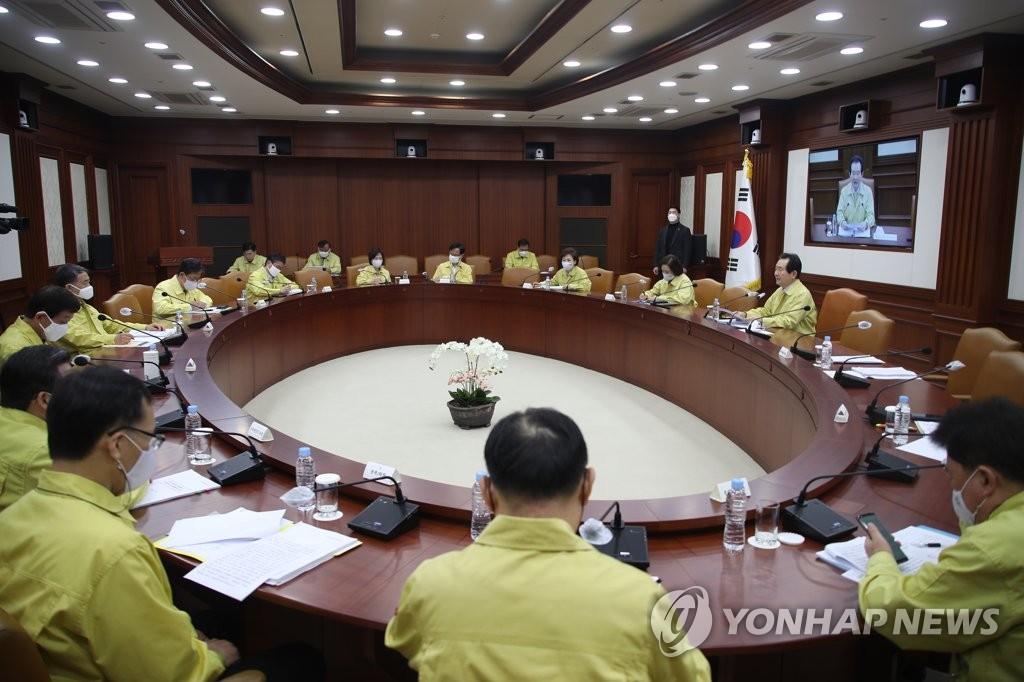 4月11日,在中央政府首尔办公大楼,国务总理丁世均主持召开抗击新型冠状病毒(COVID-19)疫情的中央灾难安全对策本部会议。 韩联社