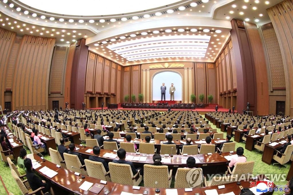 4月12日,在平壤万寿台议事堂,朝鲜举行第十四届最高人民会议第三次会议。图为会议现场照。 韩联社/朝中社(图片仅限韩国国内使用,严禁转载复制)