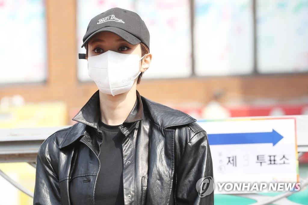 4月15日,在首尔城东区一投票站,演员高俊熙摆姿势供媒体拍照。 韩联社