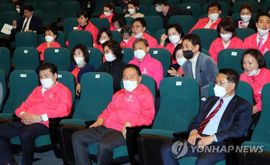 4月15日,在国会图书馆讲堂,未来韩国党不分区议员候选人们观看计票直播节目,未来统合党高层全部离场。 韩联社