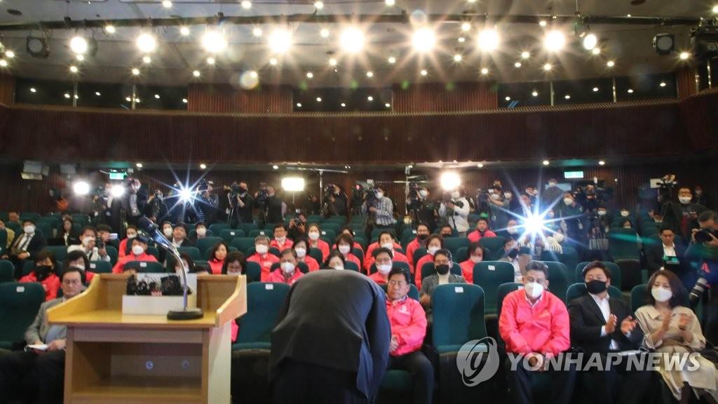 4月15日,在国会图书馆,最大在野党未来统合党党首黄教安召开记者会,宣布辞职对第21届国会议员选举惨败负责。图为黄教安向党相关人士鞠躬致意。 韩联社
