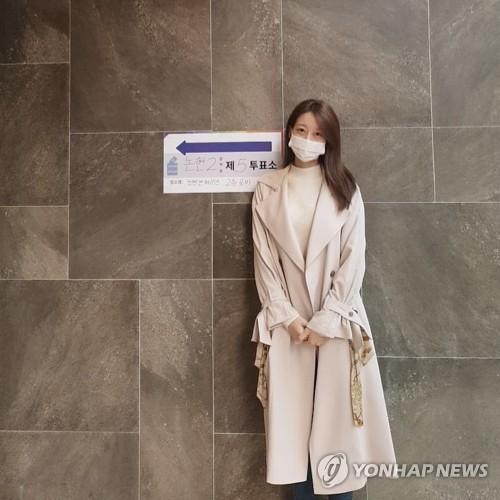 韩群星参加议员选举投票