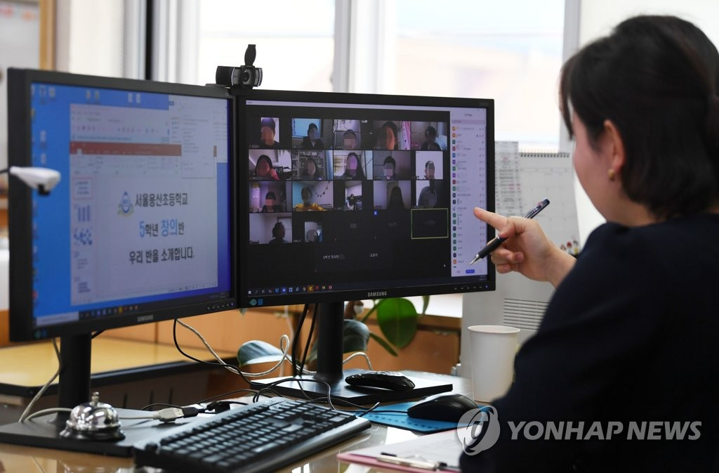 资料图片:4月16日上午,在首尔市龙山小学,一名教师进行线上授课。 韩联社