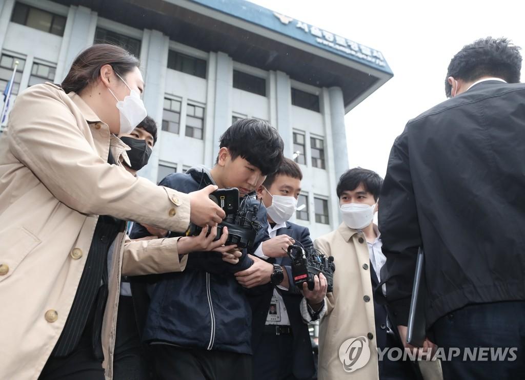"""4月17日,在首尔地方警察厅门前,""""博士房""""案件嫌疑人姜勋被移交检方。 韩联社"""