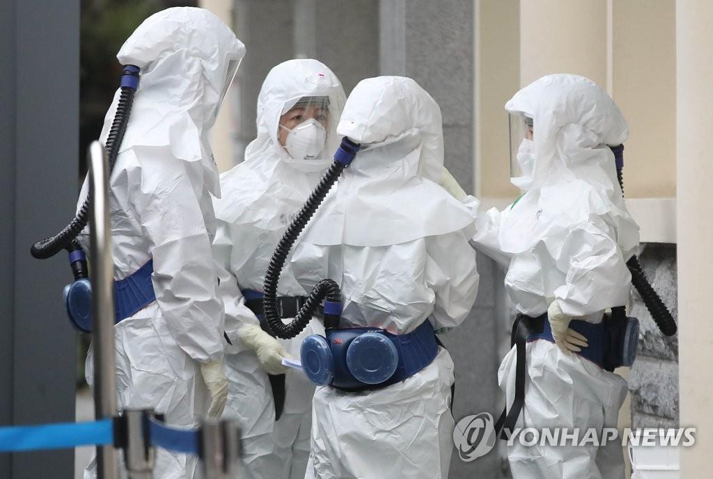 资料图片:医务人员走向抗疫一线。 韩联社