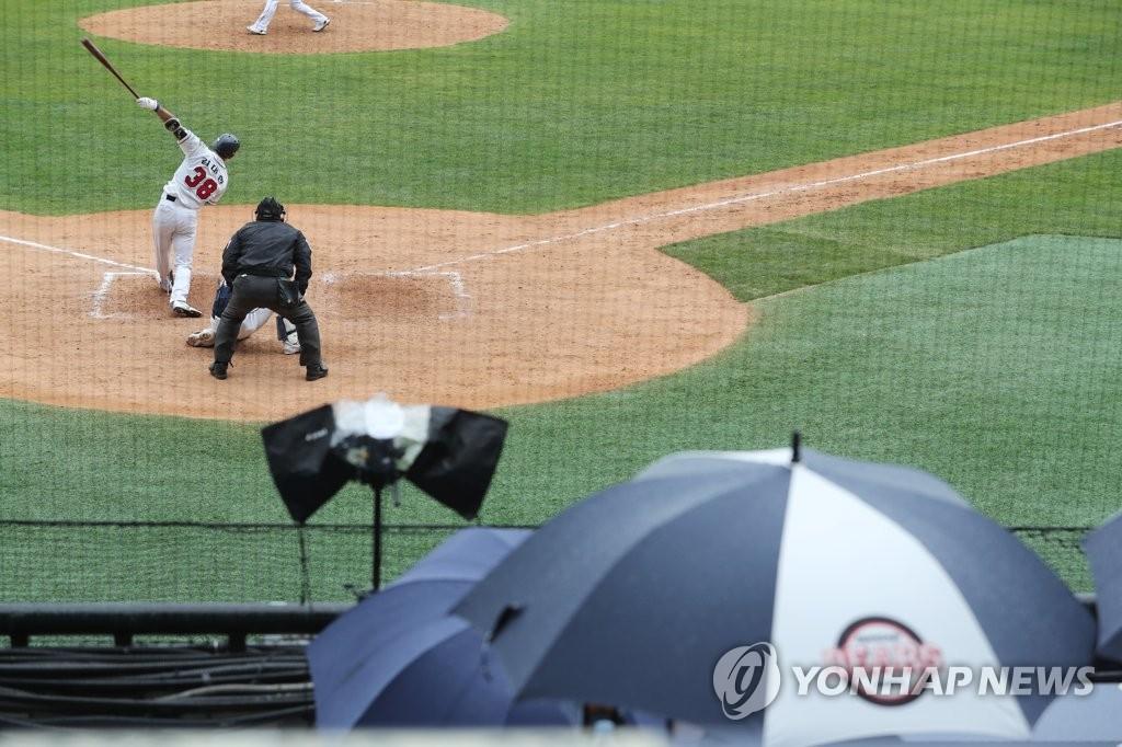 资料图片:4月19日,在首尔蚕室棒球场,斗山熊队进行队内分组对抗赛。 韩联社