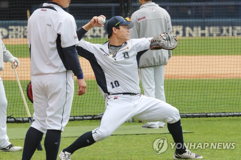 资料图片:4月20日,在首尔蚕室棒球场,斗山熊队选手们进行训练。 韩联社