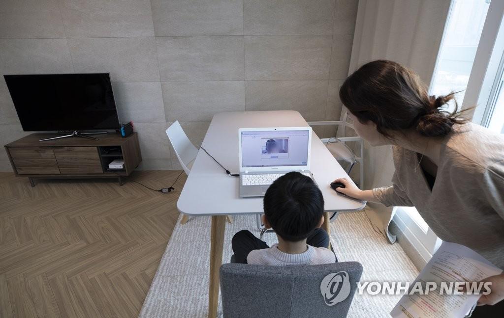 资料图片:一名小学新生参加线上入学典礼。 韩联社