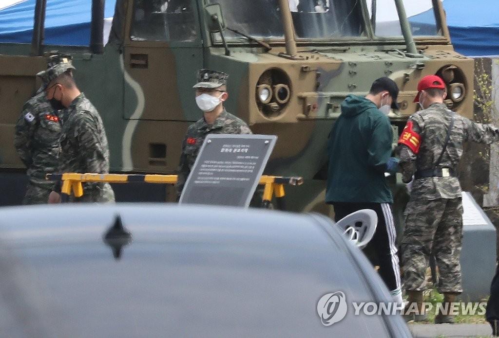 4月20日,在济州道西归浦市海军陆战队第九旅91大队,孙兴慜(右二)进入训练营。 韩联社