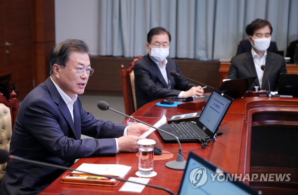 4月20日,在青瓦台,文在寅(左一)在首席秘书和辅佐官会议上发言。 韩联社