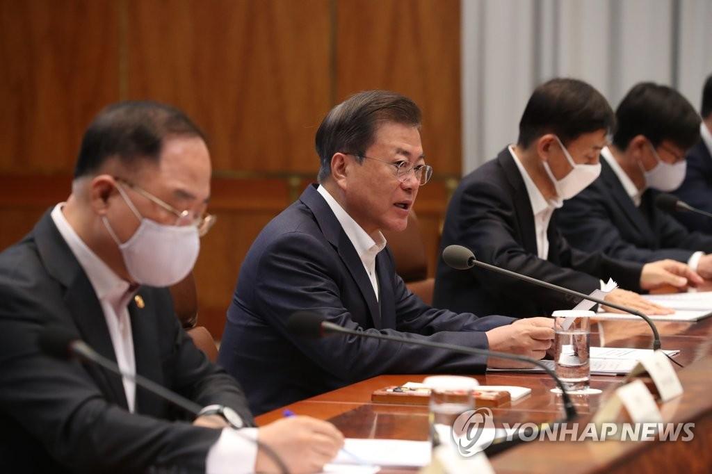 4月22日,在青瓦台,文在寅(左二)主持第五次紧急经济会议。 韩联社