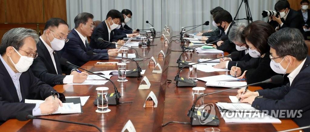 4月22日,在青瓦台,文在寅(左排左三)主持第五次紧急经济会议。 韩联社