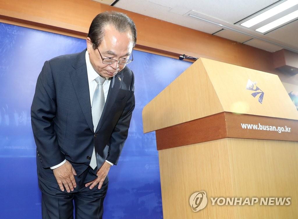 资料图片:4月23日,釜山市长吴巨敦举行记者会,宣布辞去市长一职。 韩联社