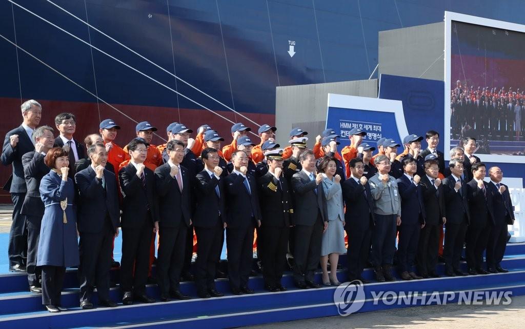 """4月23日,在位于庆尚南道巨济市的大宇造船海洋玉浦造船厂,文在寅夫妇在世界最大集装箱船""""阿尔赫西拉斯""""号命名仪式上合影。 韩联社"""