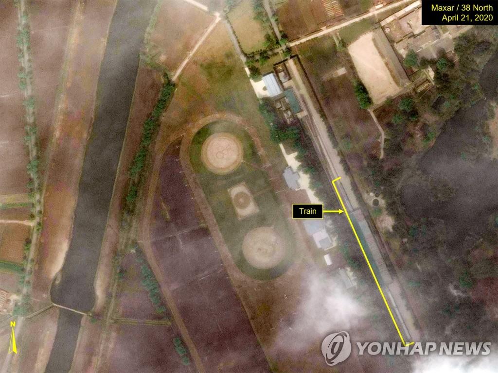 拍摄于4月21日的卫星图像显示,疑似金正恩专列的一列火车停在江原道元山地区一处火车站。 韩联社/38 North网站供图(图片严禁转载复制)