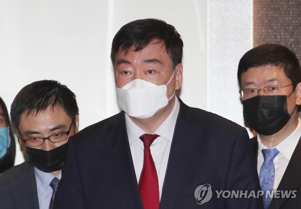 4月27日,邢海明(居中)会后走出首尔外交部大楼。 韩联社